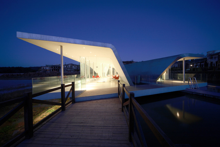 Hong Luo Club House / MAD