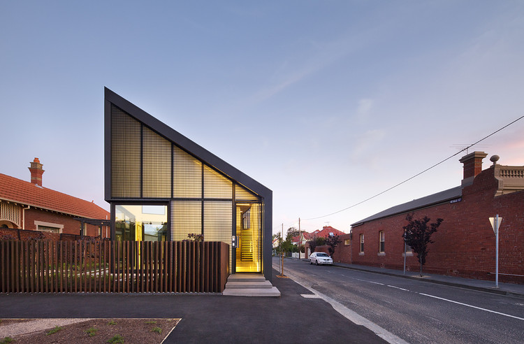 "红砖镂砌,创造立体""第四街角"" Harold Street Residence / Jackson Clements Burrows Architects, © John Gollings"