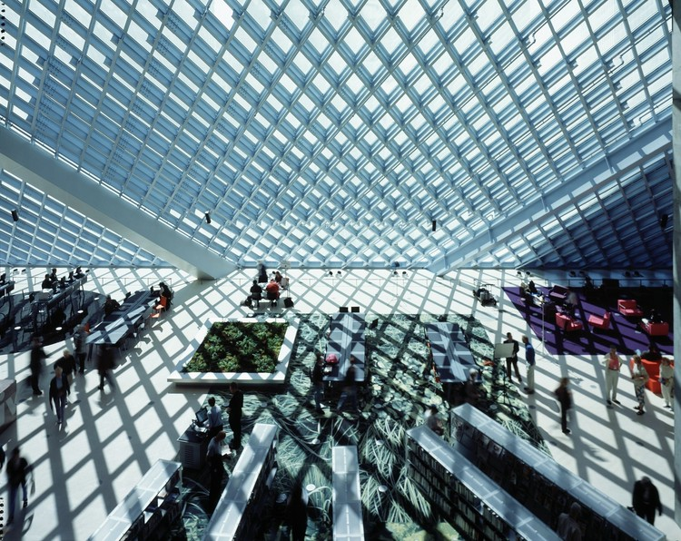 10种自然采光方式: 从强烈光影到漫射光线, High contrast daylight at Seattle Central Library, Seattle, USA, 2004. Architects: OMA + LMN. Image ? Philippe Ruault