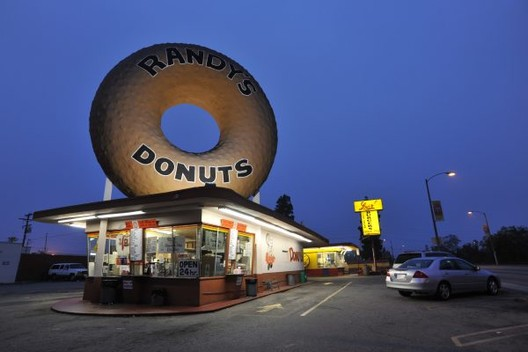 "罪恶之城的仿生建筑,是后现代回忆还是媚俗美学?, Randy's Donuts shop and sign (a ""decorated shed"") by Extra Medium (CC BY 2.0). Image via 99 Percent Invisible"