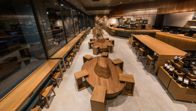 "星巴克+ BIM & VR 新技术,打造日本本土门店, The Sanjo Karasuma Starbucks in Kyoto was renovated and re-opened in September 2016. The latest coffee flavors are presented within an aesthetic incorporating the concept of ""beauty in simplicity"" espoused by tea master Enshu Kobori. Image Courtesy of Starbucks Japan"