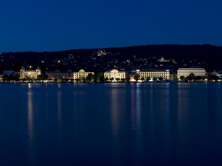 以苏黎世照明为例,阐述城市照明规划原则, Utoquai waterfront illumination, Zürich. Photo by Juliet Haller. Image © Opticalight