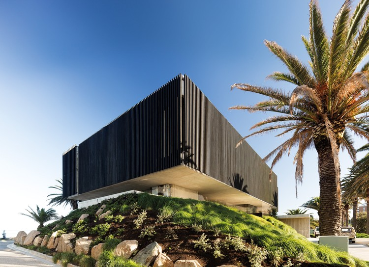 "浴火重生的海边""悬浮黑石"" Stokehouse 餐厅 / TILT Industrial Design, © John Gollings"