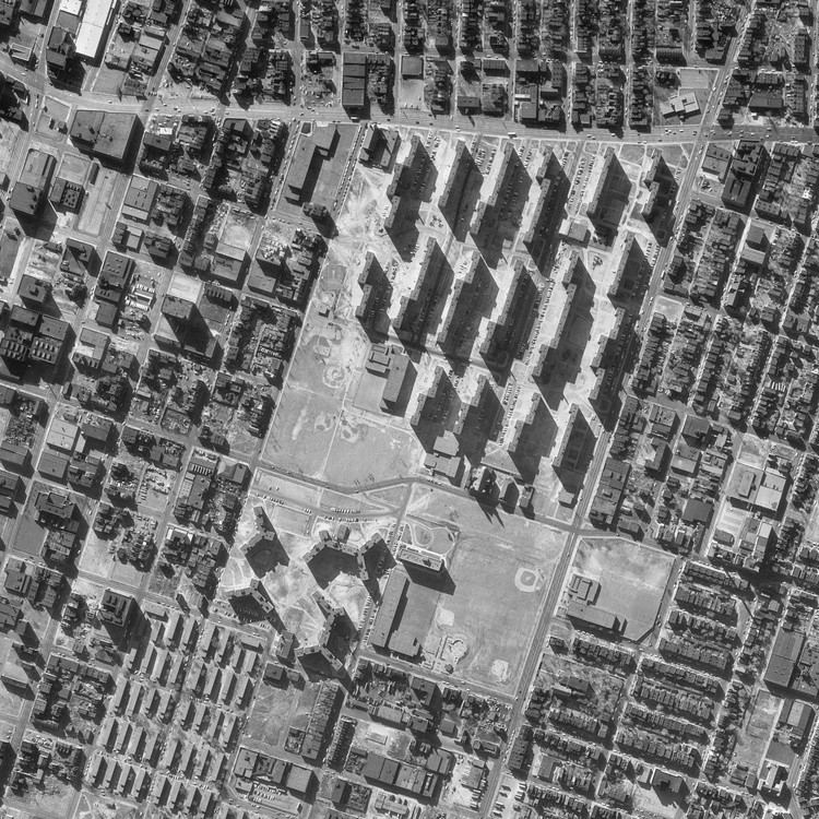 AD 经典: 普鲁特艾格住房项目 / 山崎实, An aerial photo by the US Geological Survey compares the narrow, monolithic blocks of Pruitt-Igoe with the neighboring pre-Modernist buildings of St. Louis. ImageCourtesy of Wikimedia user Junkyardsparkle (Public Domain)
