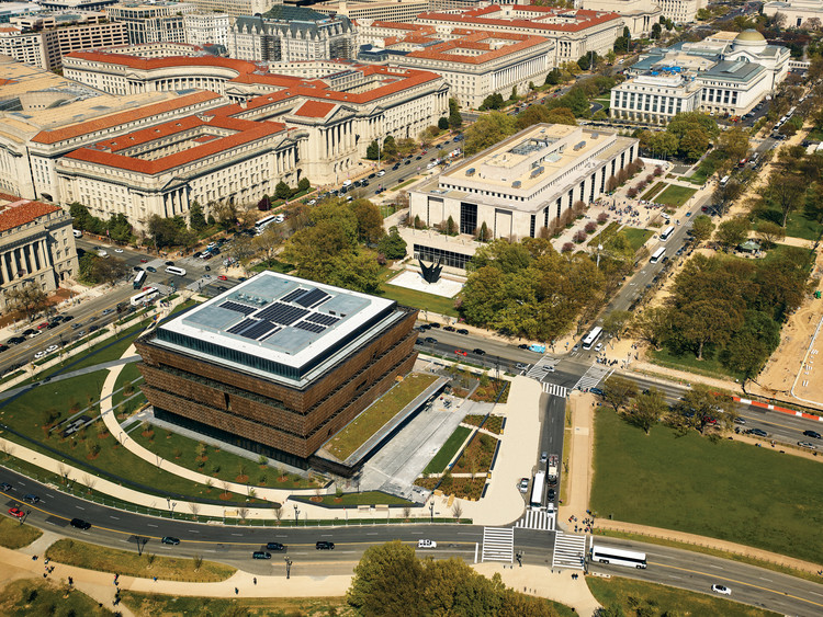 Smithsonian National Museum of African American History and Culture in Washington D.C. / Adjaye Associates, The Freelon Group, Davis Brody Bond, SmithGroupJJR for the Smithsonian Institution. Image Courtesy of The Design Museum in London