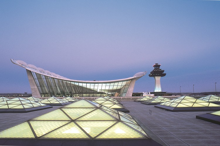 """永远不要用廉价材料建造机场!"", Washington Dulles Internation Airport - Main Terminal Expansion. Image © Rick Latoff"