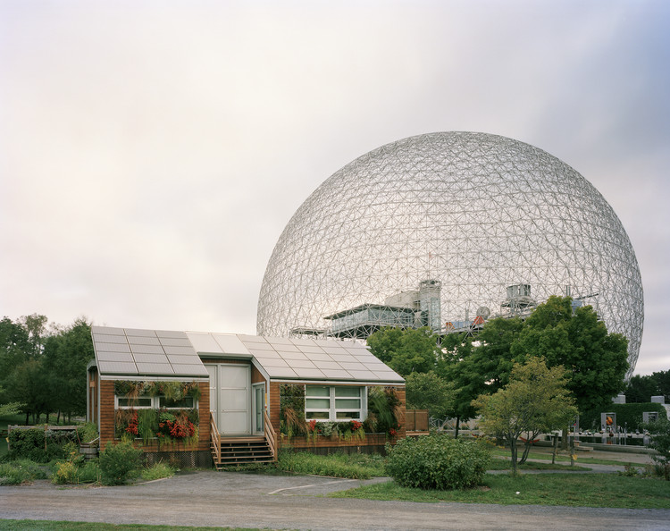 "聚焦:巴克明斯特·富勒, Montreal 1967 World's Fair, ""Man and His World,"" Buckminster Fuller's Geodesic Dome With Solar Experimental House, 2012. Image © Jade Doskow"