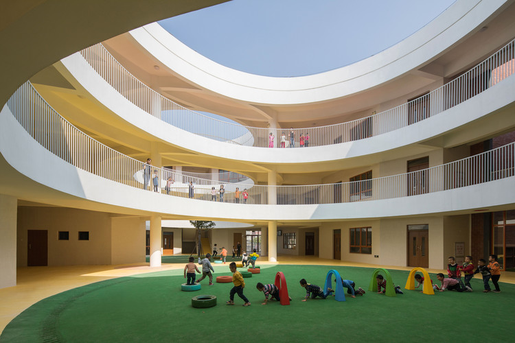 方圆之间:新南幼儿园 / 牛津, Circular courtyard in the building . Image © Chao Zhang