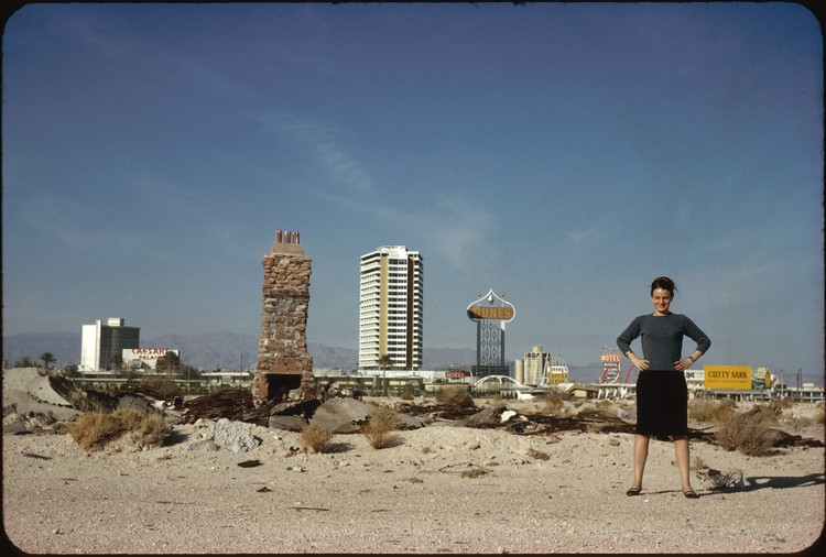 2018年索恩奖章颁发于美国女性建筑师 丹妮丝·斯科特·布朗!, Denise Scott Brown in front of The Strip, Las Vegas, NV, US, 1966, Photo by Robert Venturi, courtesy of Venturi, Scott Brown and Associates, Inc.