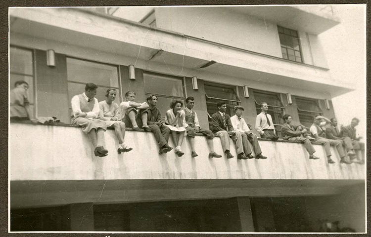 女性建筑師們,你們一直在被關注著, Students on the balustrade of the canteen terrace, around 1931 (photographer unknown). Image Courtesy of Stiftung Bauhaus Dessau