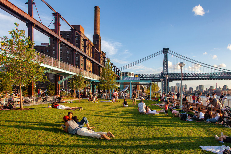 ArchDaily 公共空间文章精选, Domino Park is a privately-owned public space in Brooklyn, developed by real estate firm Two Trees Management. Image © Barrett Doherty