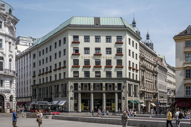 聚焦:阿道夫·路斯(Adolf Loos), Goldman & Salatsch Building. Image ? <a href='https://commons.wikimedia.org/wiki/File:Looshaus_Michaelerplatz.JPG'>Wikimedia user Thomas Ledl</a> licensed under <a href='https://creativecommons.org/licenses/by-sa/4.0/deed.en'>CC BY-SA 4.0</a>