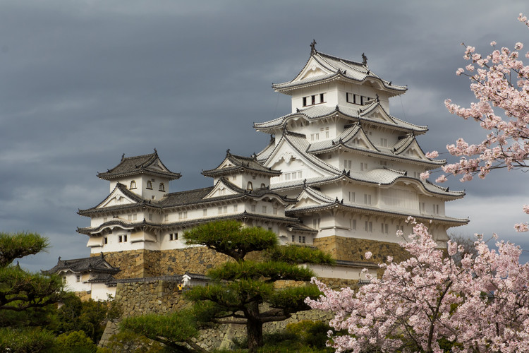 """AD 经典:姬路城 / 池田辉政, The white plaster walls and sweeping terraces of Himeji-jo inspire its other name, """"Castle of the White Heron."""" . ImageCourtesy of Wikimedia user Oren Rozen (licensed under CC BY-SA 4.0)"""