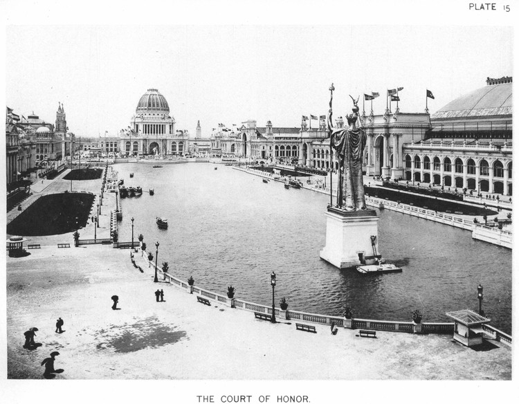 AD 经典: 世界哥伦比亚博览会/ Daniel Burnham & Frederick Law Olmsted, Viewed from the far end of the Great Basin, the Administration Building looms over the court of honor and the surrounding great buildings of the fair. ImageCourtesy of Wikimedia user RillkeBot (Public Domain)