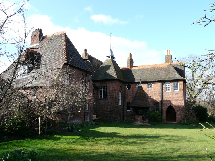 AD经典:莫里斯红屋 / William Morris and Philip Webb, The L-shaped footprint of the building allows it to focus in on the garden. ImageCourtesy of Flickr user Gabrielle Ludlow (licensed under CC BY-NC-ND 2.0)