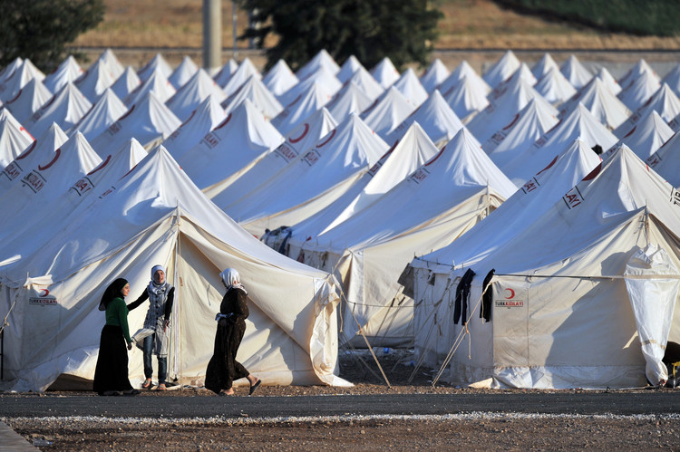 难民营的转变,从临时安置处到永久住所, Syrian refugee camp in Turkey . Image via Shutterstock/ by Thomas Koch