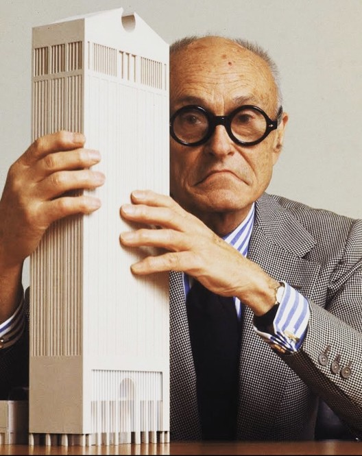 两座大厦的故事:保留与再利用之争, Photoshopped Philip Johnson with 550 Madison Model. Image © Sungwoo Choi