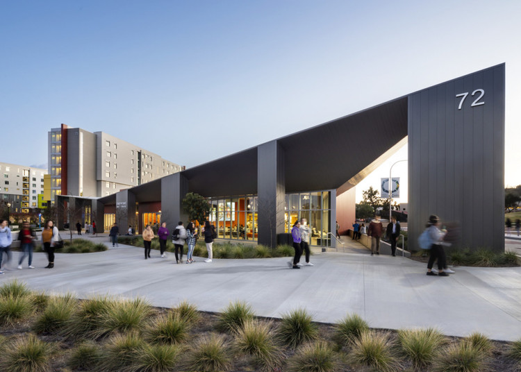 HMC女性建筑师采访:我们需要灵活的建筑, Dining Commons at Cal Poly, designed by EYRC Architects. Student Housing by HMC. Image Courtesy of HMC Architects